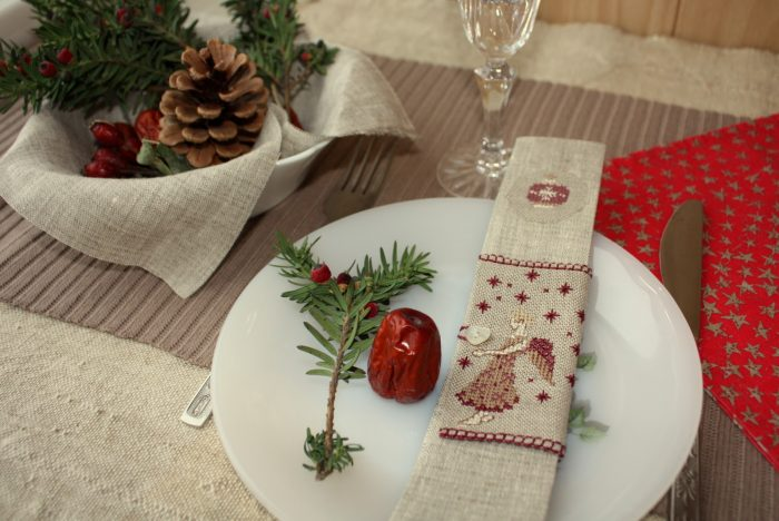 Украшение салфеток для новогоднего стола веточками сосны