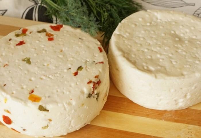 Рецепт приготовления нежного домашнего сыра с зеленью и паприкой