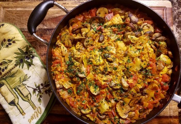 Вегетарианская паэлья с грибами и овощами