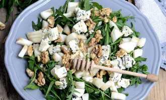 салат с рукколой, голубым сыром и грушей гриль