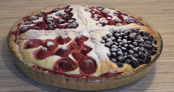 Открытый пирог с творогом и ягодами