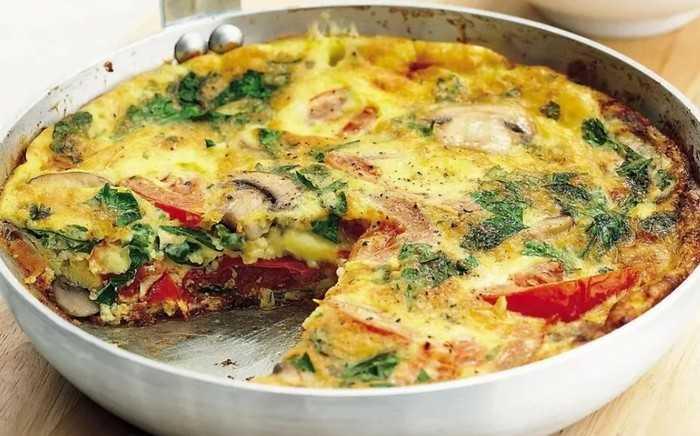 Жареные яйца с кабачками и томатами