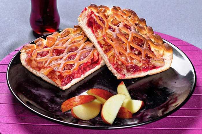 Слоеный яблочный пирог с брусникой