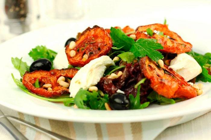 Необычный салат с вялеными помидорами
