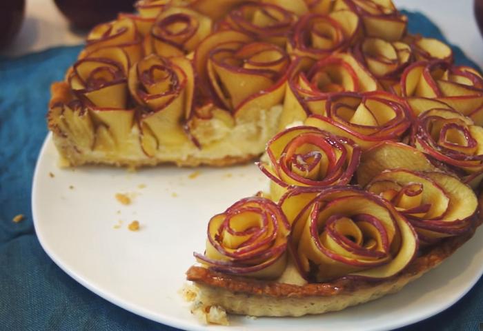 Легко, вкусно, красиво: песочная яблочная шарлотка без яиц