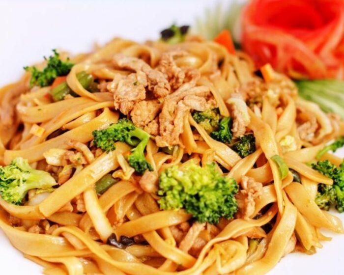 китайская лапша, жаренная с пряными овощами