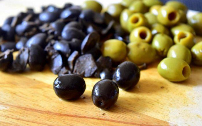 Основные отличия оливок от маслин: польза, вред и с чем их подавать