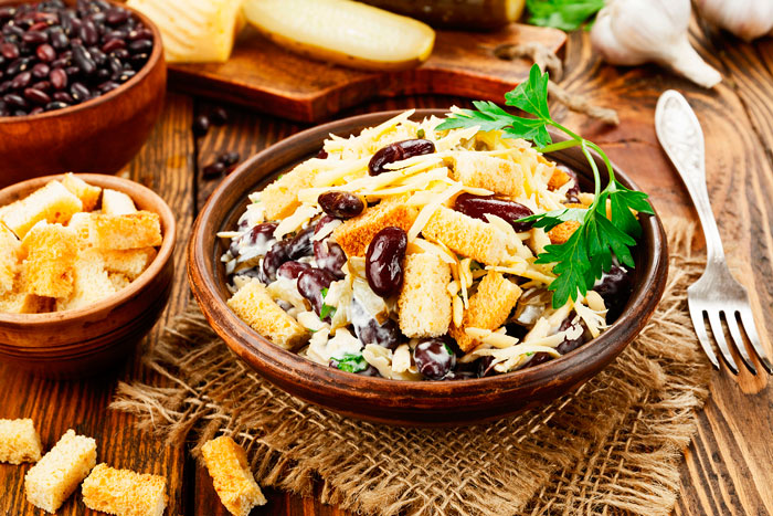 Рецепты салатов с фасолью и сухариками на любой праздник