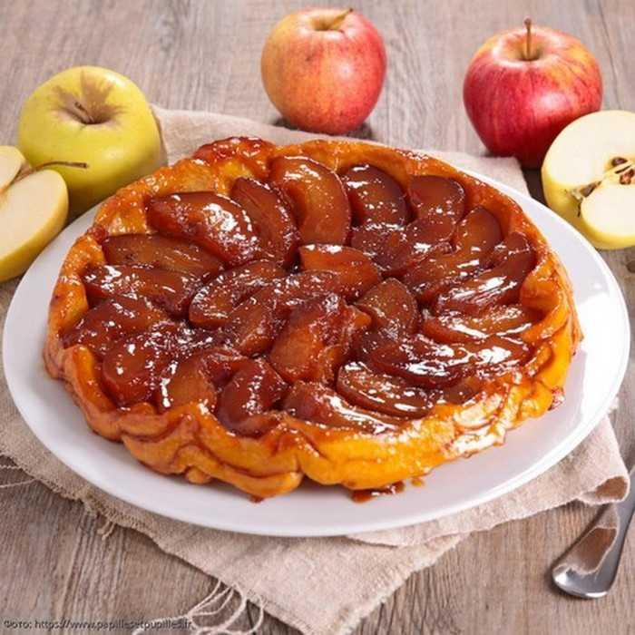 Пирог из слоеного теста с карамелизированными яблоками