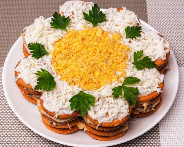 Классическая закуска из крекеров