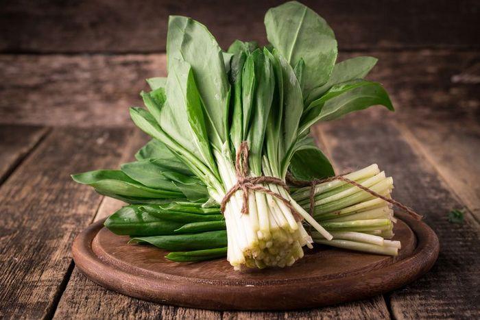 Салат с черемшой: вкусно, сытно, полезно