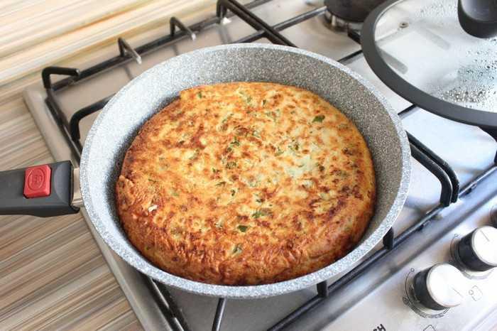 Ленивый пирог с зеленым луком и яйцом: быстро и вкусно