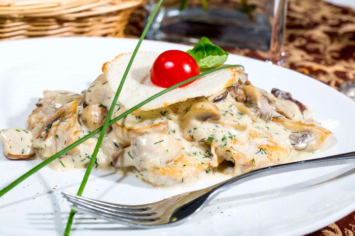 Картошка с грибами и сметаной в мультиварке
