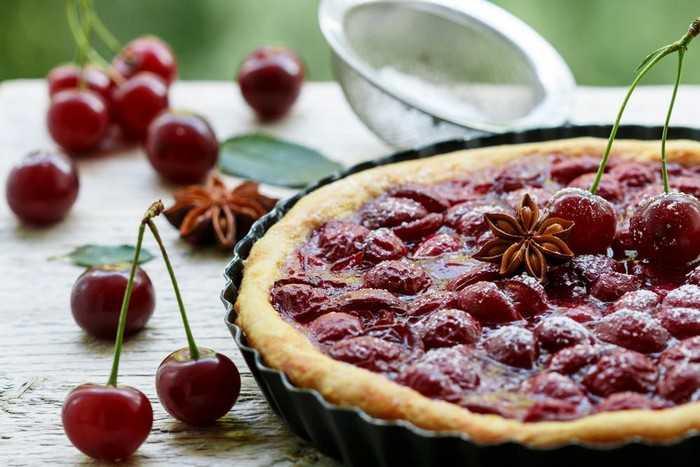 Как сделать начинку из вишни для пирога, чтобы она не вытекала
