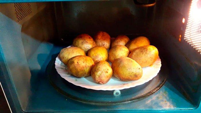 Как сварить картофель без воды в микроволновой печи