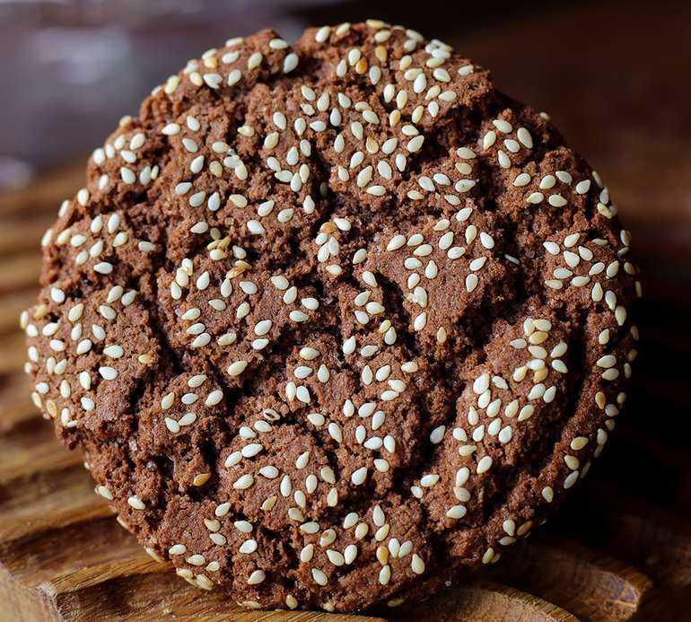 Шоколадные печеньки с кунжутом