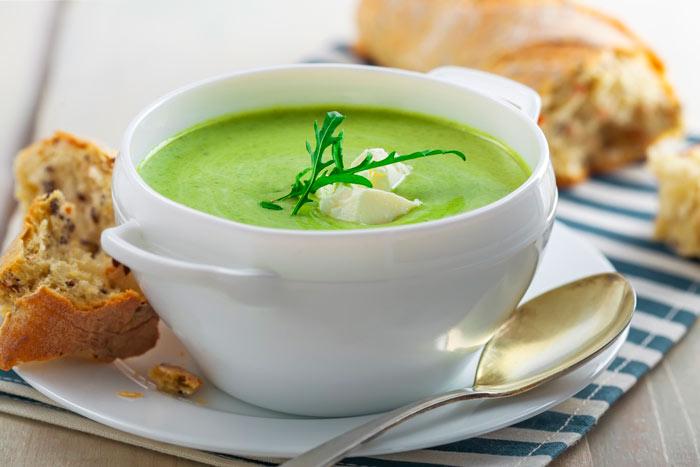 Молочный суп со шпинатом и гренками