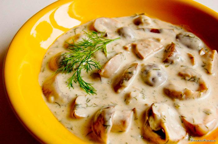 Картошка с грибами со сметаной, жареная на сковороде