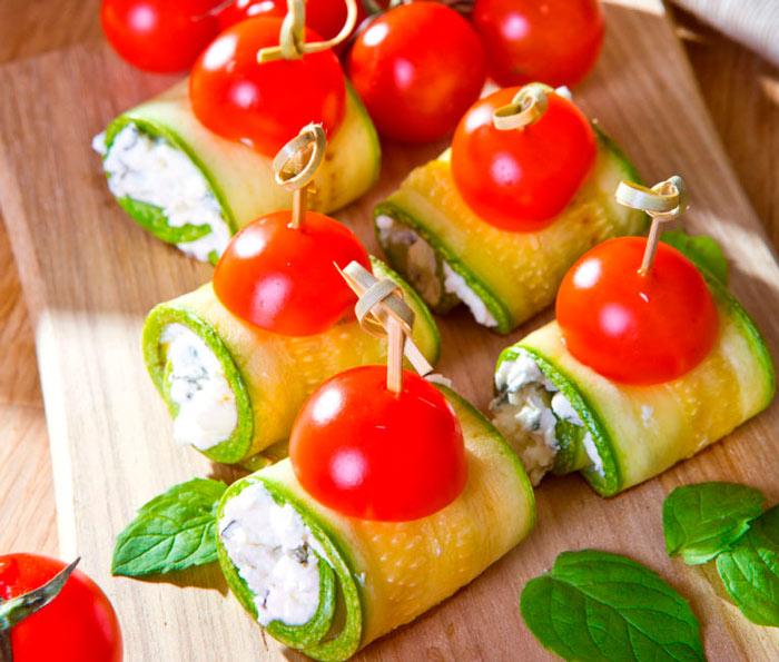 Кабачковые рулеты с помидорами
