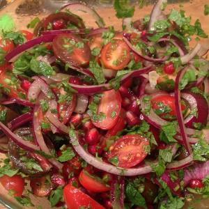 Салат из помидоров черри с красным луком и травами