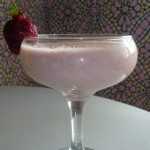 Молочный клубнично-ванильный коктейль.