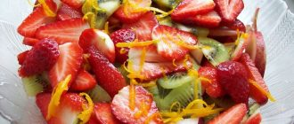 Фруктовый салат из киви с клубникой