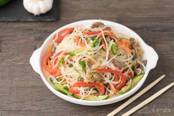 Салат с фунчозой и овощами без мяса