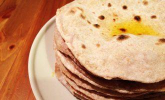 Индийский хлеб - лепешки чапати на сковороде