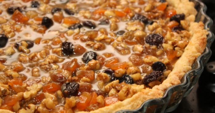 Песочный пирог с сухофруктами и орехами