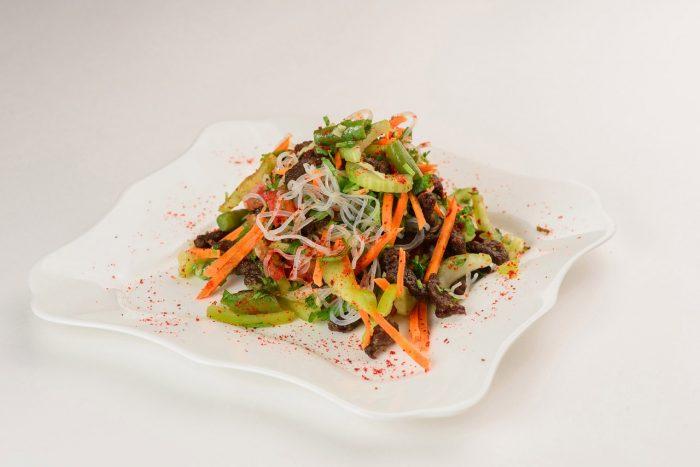Как приготовить теплый салат с фунчозой