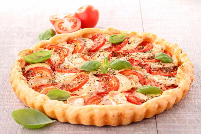 Пирог с моцареллой и помидорами из слоеного теста фото