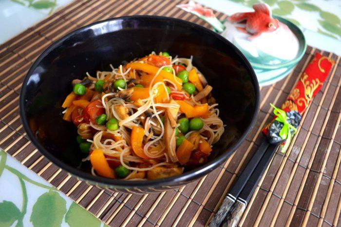 Как приготовить рисовую лапшу с овощами по-азиатски
