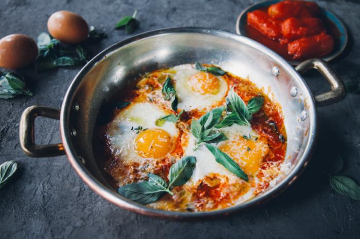 Яйца с болгарским перцем и консервированными помидорами