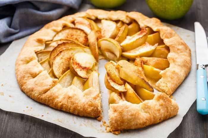 Классический рецепт слоеного яблочного пирога