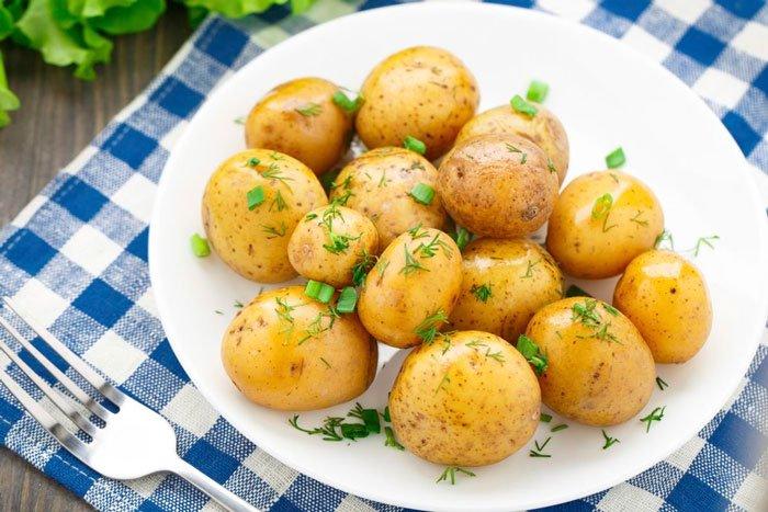 Картофель, сваренный целиком