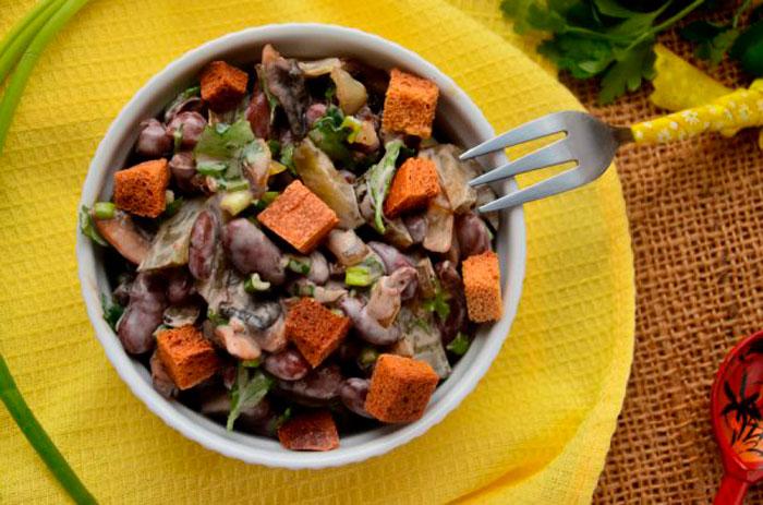 Вкусный салат из фасоли с шампиньонами