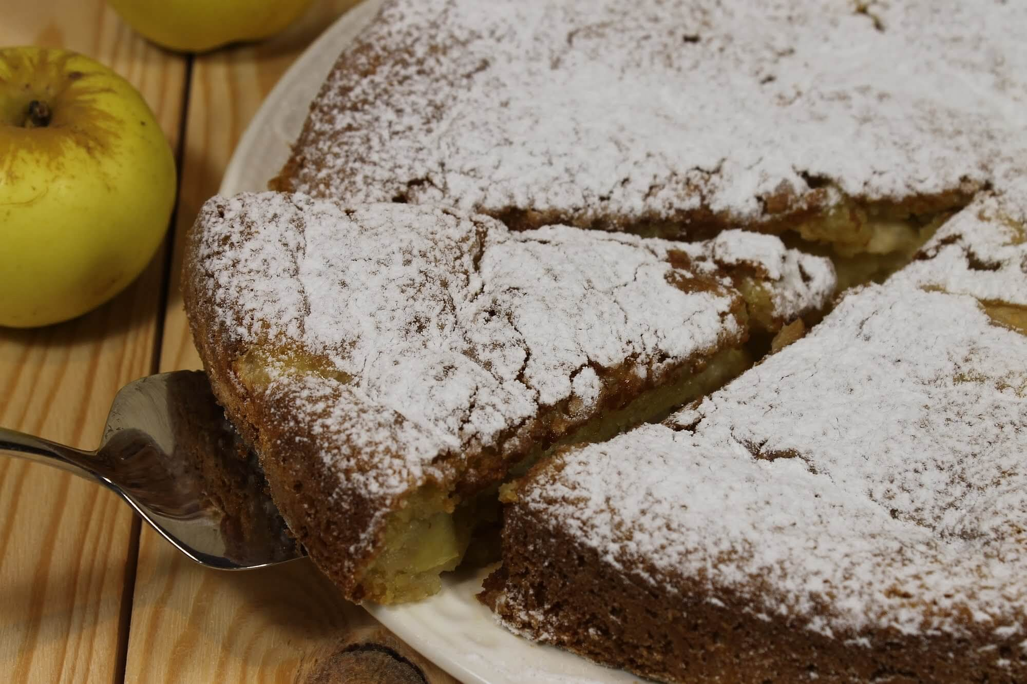 Яблочная шарлотка на сметане в духовке