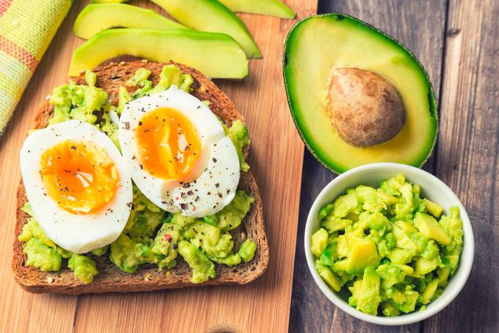 Легкий утренний перекус с авокадо