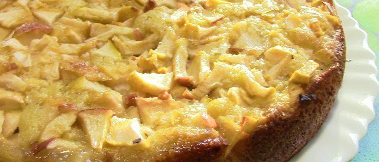 Воздушная шарлотка с яблоками на кефире в духовке