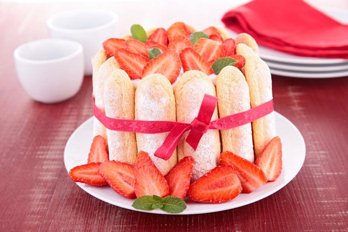 Летний торт с печеньем и ягодами