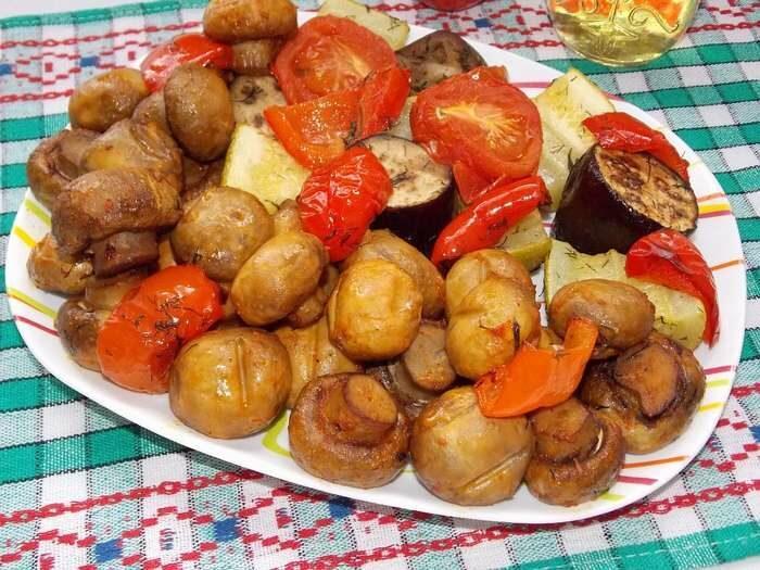 Запеченные овощи в духовке с грибами