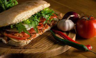 Быстрый бутерброд по-итальянски с помидорами и чиабаттой