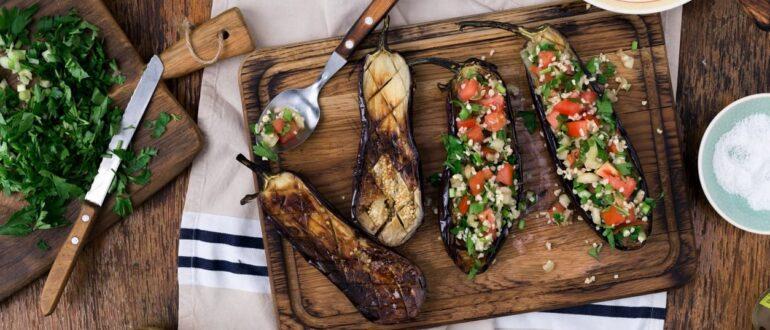 баклажаны, фаршированные овощами, запеченные в духовке