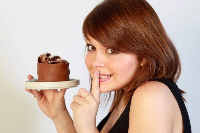 Как избавиться от тяги к сладкому: советы известных диетологов