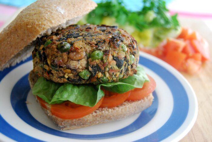 Вегетарианский бургер с нутом и брокколиВегетарианский бургер из фасоли