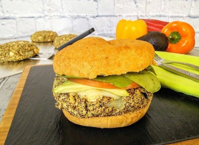 Вегетарианский бургер с нутом и брокколиВегетарианский бургер с киноа