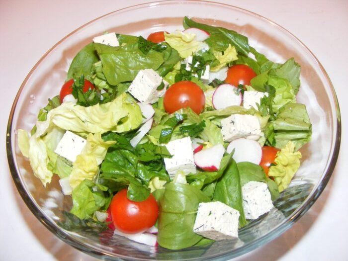 4 отменных рецепта сыроедческих салатов для красоты