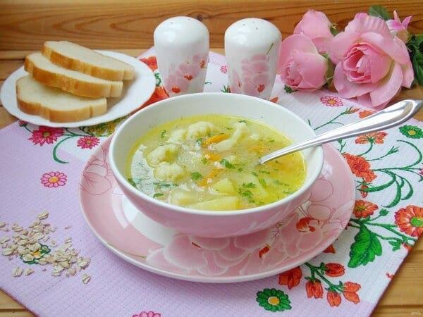 Легкий и быстрый суп из цветной капусты с овсянкой и солеными огурцами