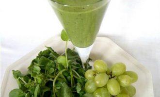 Зеленый коктейль с виноградом
