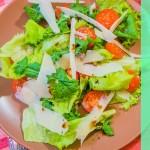 Зеленый салат с помидорками черри и твердым сыром